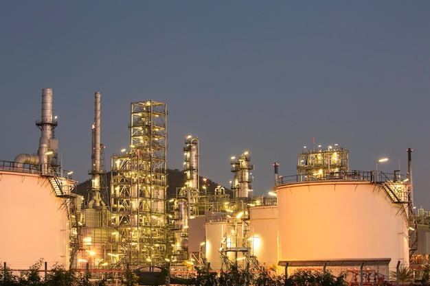 Schemerscène van tankolieraffinaderij en torenkolom van de petrochemie-industrie in bouwplaats industry