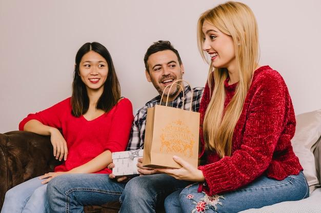 Schenkend concept met groep van drie vrienden