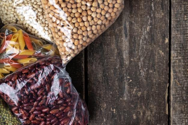 Schenkingenvoedsel met ingeblikt voedsel op de lijstachtergrond. doneer concept.