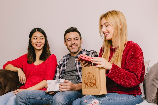 Schenkingsconcept met drie jonge vrienden Gratis Foto