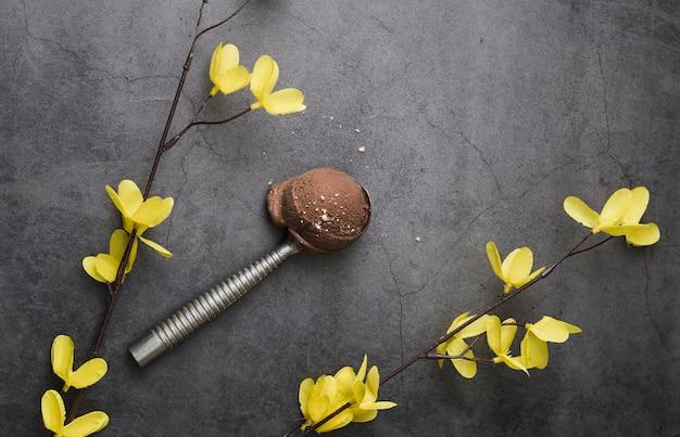Schep met chocoladeroomijs op tafel