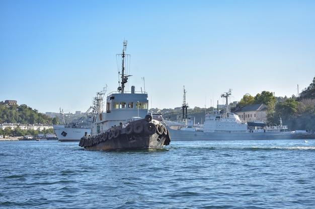 Schepen en cruiseschip in de dokken van de haven van sevastopol, de zwarte zee. schepen in de haven van sebastopol