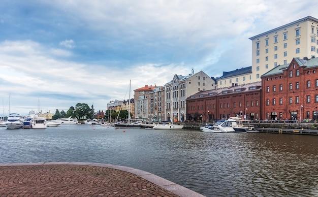 Schepen en jachten afgemeerd in de haven van de noordelijke haven, helsinki, finland