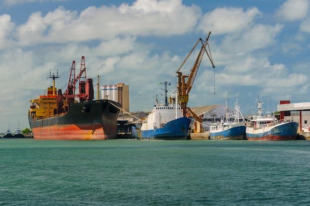 Schepen in de haven van cabedelo, in de buurt van joao pessoa, paraiba, brazilië op 8 februari 2009.