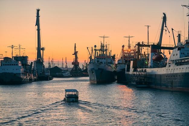 Schepen in zeehaven op zonsondergang