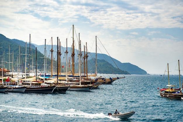 Schepen met masten in de baai van marmaris.turkey