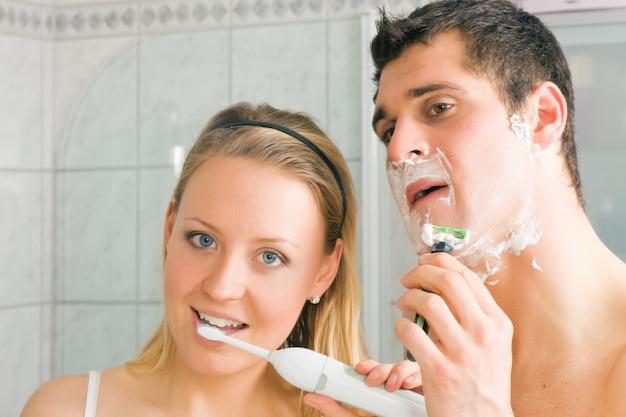 Scheren en tanden poetsen