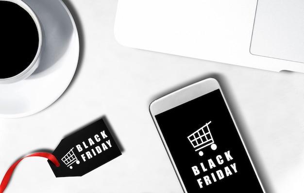 Scherm met mobiele telefoon met black friday-advertentie en -label