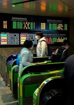 Scherm met passagiersinformatie in het japanse metrosysteem