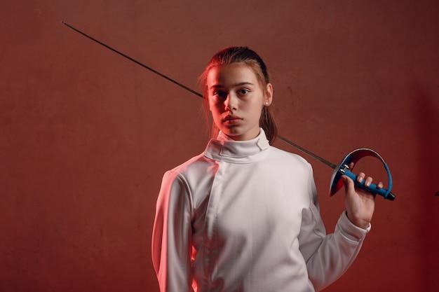 Schermer vrouw met schermend zwaard.