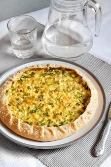 Scherp met eieren en groene uien op een plaat