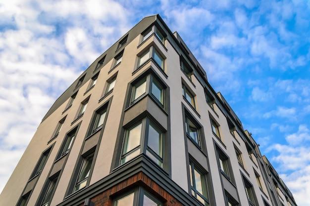 Scherpe hoek de bouw architectuurvoorgevel in gdansk, polen