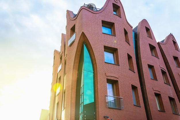 Scherpe krommehotel de voorgevel van de de bouwarchitectuur in gdansk, polen