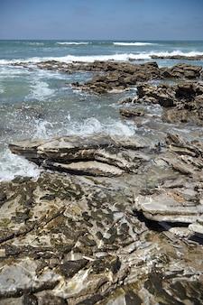 Scherpe rotsen op oceaankust