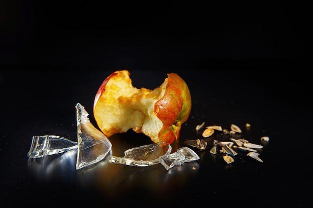 Scherven van glas en appelkern als ecologie en afvalrecyclingconcept