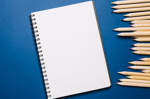 Schetsboek en potloden