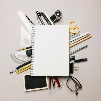 Schetsboek op kantoorbenodigdheden