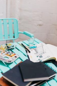 Schetsboeken en verf op tafel
