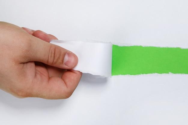 Scheur een strook papier met de hand