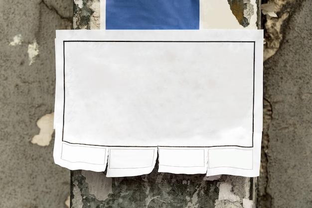 Scheur het papieren bericht af, blanco advertentie op de paal