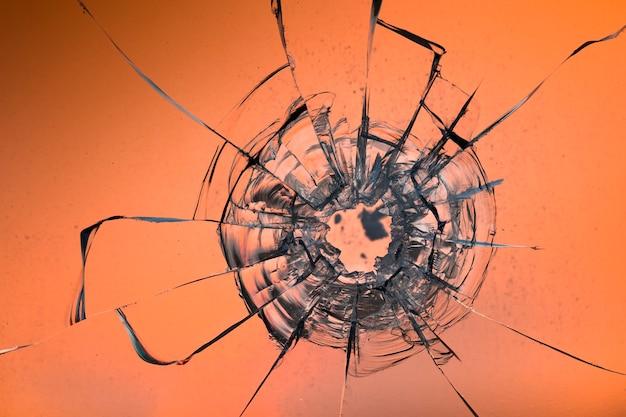 Scheuren op het glas op een witte achtergrond. gebroken raam.