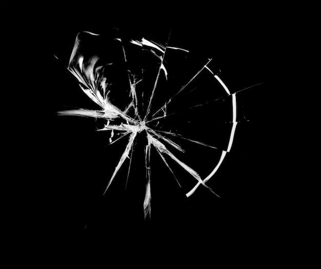 Scheurenpatroon op gebroken glas, abstractie van spaanders en lijnen door impact op glas.