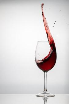 Scheutje rode wijn in een kristalglas