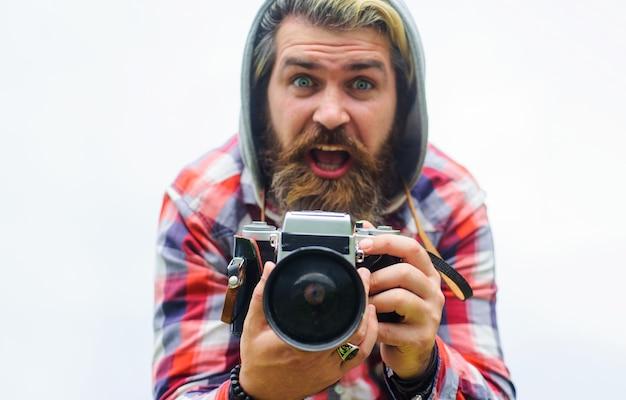 Schiet op. man fotograferen met fotocamera. hobby en reizen.