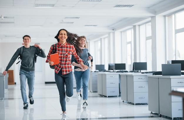 Schiet op, onze dag is voorbij. groep jonge mensen die tijdens hun pauze in het bureau lopen