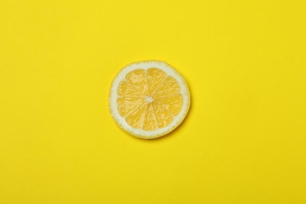 Schijfje citroen op geel