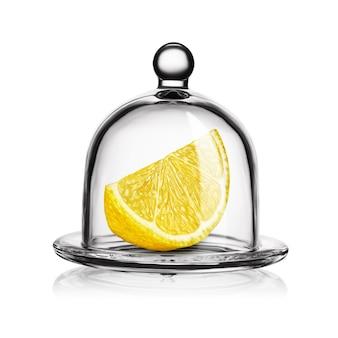 Schijfje gele citroen in glazen stolp geïsoleerd