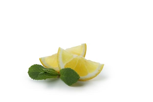 Schijfjes citroen geïsoleerd op wit
