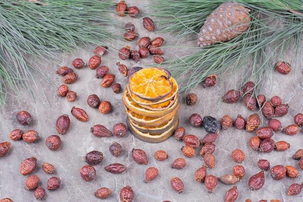 Schijfjes citroen in een bouillon met droge heupen eromheen