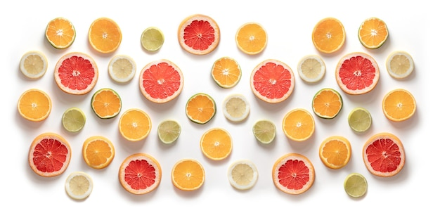Schijfjes citrus, grapefruit, sinaasappel, mandarijn, limoen, citroen. bovenaanzicht