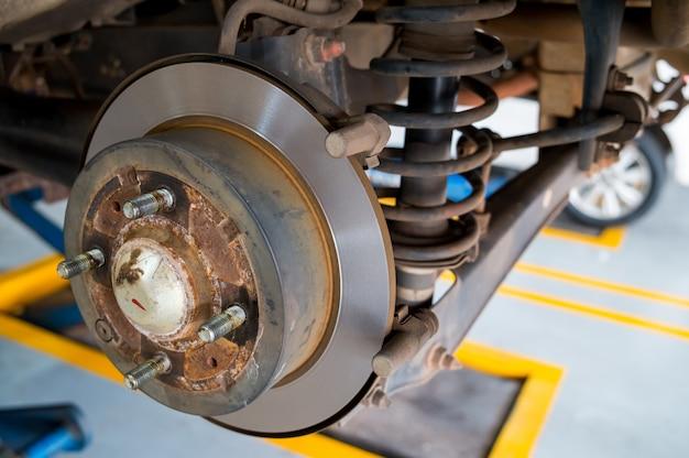 Schijfrem van de auto tijdens het onderhoud bij auto service
