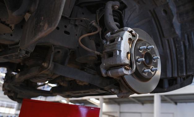 Schijfrem van het voertuig voor reparatie. auto repareren in garage