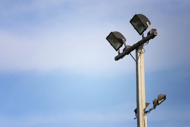Schijnwerper van verlichtingspool op blauwe hemelachtergrond.
