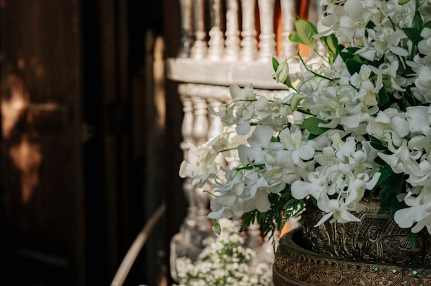 Schik bloemen met witte orchideeën.
