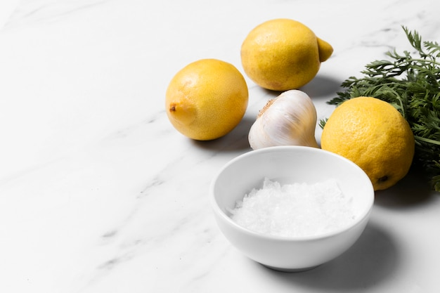 Schikking van citroenen en knoflook met hoge hoek