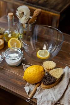 Schikking van citroenen met hoge hoek en kom