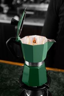 Schikking van de koffiepot onder een hoge hoek