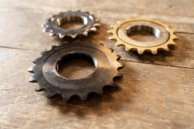 Schikking van metalen stukken met een hoge hoek