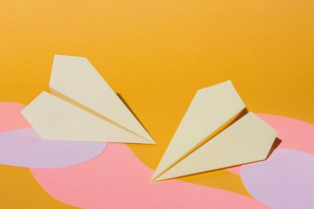 Schikking van plat leggen van papieren vliegtuigen