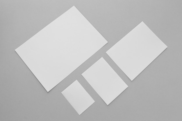 Schikking van platliggende stukken papier