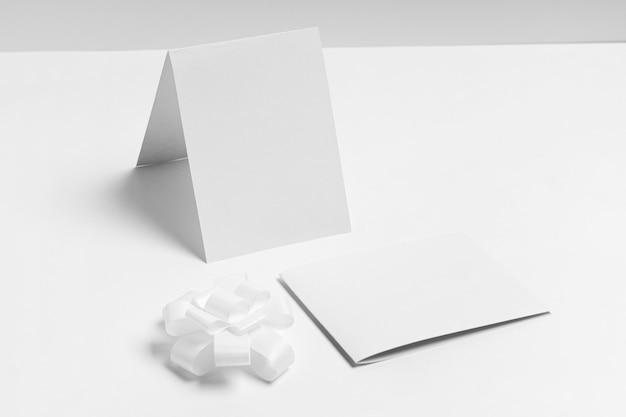 Schikking van stukken papier met een hoge hoek