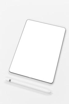 Schikking van tablet en pen met hoge hoek