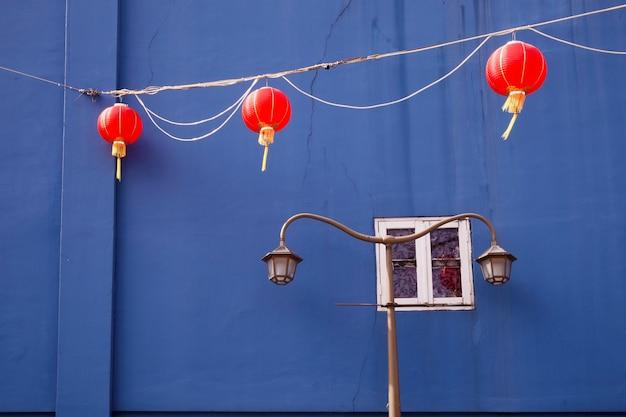 Schilderachtig architectuurfragment uit singapore chinatown met rode lantaarns