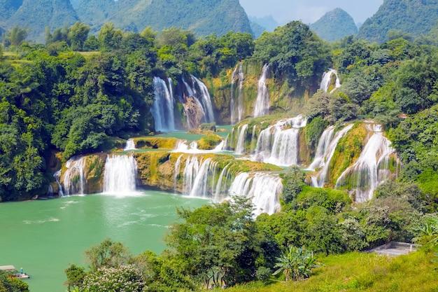 Schilderachtig blauw landschap bergachtergrond majestueus