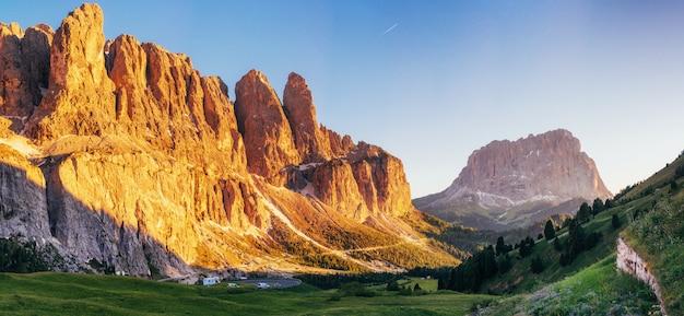 Schilderachtig dolomietlandschap met bergweg italië