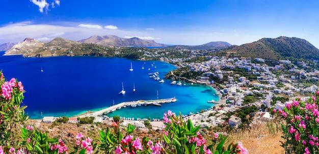 Schilderachtig eiland leros. dodekanesos. prachtig uitzicht op het dorp panteli en het strand.